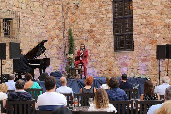 El encargado de abrir esta edición será Diego El Cigala, quien actuará en el Parador de Nerja, un emplazamiento situado sobre un acantilado junto al Mediterráneo.