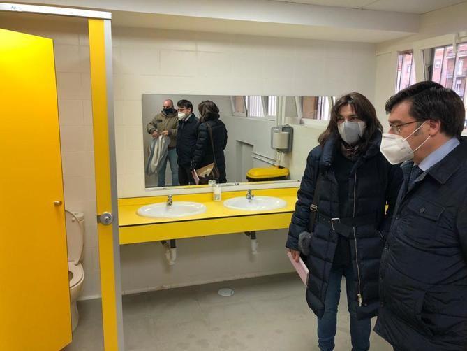 El concejal de Carabanchel, Álvaro González, ha visitado el Centro de Educación Infantil y Primaria Lope de Vega para supervisar el resultado de las obras de saneamiento y remodelación integral de los aseos de la planta baja.