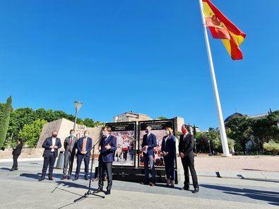 El alcalde de Madrid, José Luis Martínez Almeida, ha inaugurado esta muestra al aire libre, acompañado por el presidente de la Comunidad, Fernando López Miras, y el alcalde Caravaca, José Francisco García.