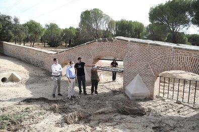 El muro fue ejecutado por el arquitecto Pedro Rodríguez, mientras que el proyecto de la Reja del Antequina es de José de la Ballina, colaborador de Sabatini y autor de otros edificios como el palacio del parque del Capricho.