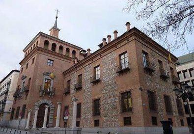 La Casa de las Siete Chimeneas es un edificio construido entre 1574 y 1577. Los planos son obra de Antonio Sillero con modificación de Juan de Herrera, para Pedro de Ledesma, Secretario de Indias. Se encuentra situada en la plaza del Rey y es uno de los palacios más antiguos de Madrid.
