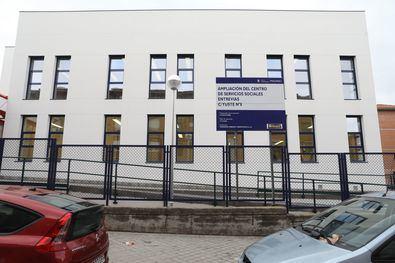 Los trabajos han consistido en la construcción de un nuevo edificio adosado al ya existente, que en la actualidad alberga centros de servicios sociales, de mayores y de día.