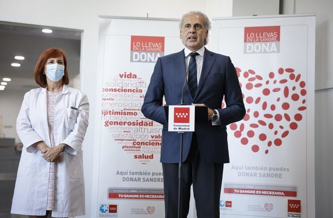 El consejero de Sanidad en funciones, Enrique Ruiz Escudero, ha visitado el Centro de Transfusión de la Comunidad de Madrid para hacer balance de esta actividad en la región.