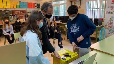 La Comunidad de Madrid ha entregado ya la placa acreditativa a los 23 nuevos centros educativos STEMadrid que se acogen a este proyecto, que van a contar con una dotación presupuestaria de 3.000 euros para la compra de material específico para esta actividad.