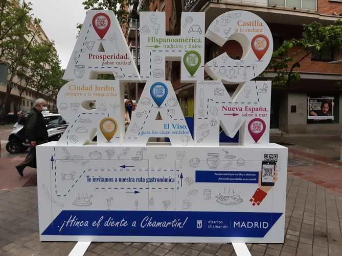 En la cara B del tótem aparecerán ofertas de los hosteleros con una ruta gastronómica por el distrito bajo el lema '¡Hinca el diente a Chamartín!'.