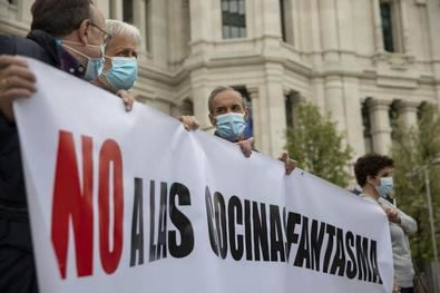 Asociaciones vecinales y grupos de la oposición en el Ayuntamiento de Madrid coinciden en reclamar una normativa clara y más exigente a las cocinas fantasma en la capital.