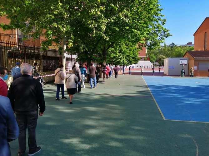 Desde la Comunidad de Madrid se ha pedido 'paciencia' a los ciudadanos y se ha hecho un llamamiento 'a la tranquilidad' en la jornada electoral, ante las largas colas que se están registrando en las entradas de los colegios electorales por el protocolo COVID.