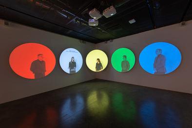 El primer ámbito de la muestra está dedicado a la ciencia del color, desde el revolucionario experimento de Isaac Newton hasta los descubrimientos más avanzados en campos como la astrofísica, la neurociencia o la medicina.