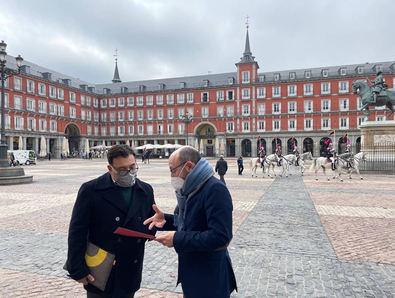 José Fernández en su visita con el presidente de la Asociación de Vecinos de la Plaza Mayor, Ricardo Bustos.