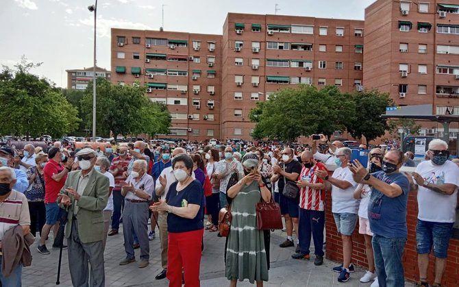 Varios cientos de personas se manifestaron esta semana ante el Centro de Salud de Los Ángeles de Villaverde para protestar por la falta de médicos de familia y pedir la retirada del nuevo 'plan de contingencia' estival de la Comunidad de Madrid.