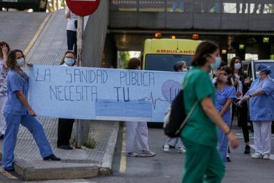Desde la Federación Regional de Vecinos de Madrid (FRAVM) se critica la falta de rastreadores y de refuerzo en los centros de salud de la región.
