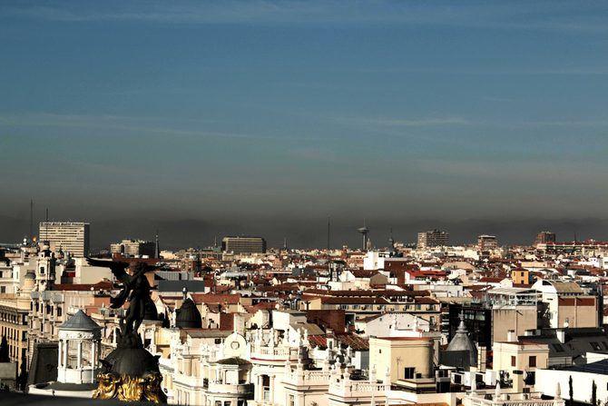 El Ayuntamiento de Madrid mantiene activado el escenario 1 del Protocolo de contaminación por dióxido de nitrógeno para hoy, 18 de enero. La velocidad de circulación en la M-30 y en las vías de acceso en el interior de la M-40, sigue limitada a 70 kilómetros por hora. Se recomienda el uso del transporte público.