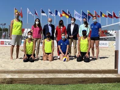 Junto a Miranda, han estado las jugadoras de la selección femenina nacional de esta modalidad, así como miembros de las federaciones nacional y madrileña de voleibol y representantes internacionales del resto de equipos que participan en la competición.