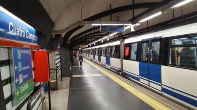 Cuatro Caminos es una de las ocho estaciones del primer tramo inaugurado del metro (Sol-Cuatro Caminos) en 1919. Por este motivo, Metro de Madrid ha decidido tematizarla y convertir este espacio en un homenaje a la historia del suburbano y sus trabajadores.