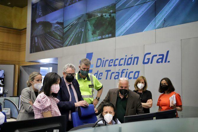 La delegada del Gobierno en Madrid, Mercedes González, ha visitado la sede de la Dirección General de Tráfico (DGT), donde ha mantenido una reunión de trabajo con su director general, Pere Navarro.