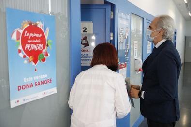 El consejero de Sanidad, Enrique Ruíz Escudero, durante su visita al Centro de Transfusión, al que ha acudido para colaborar con su donación y animar a los madrileños a participar en la campaña.