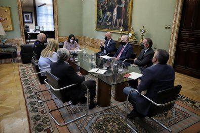 Mandos de la Policía Nacional y Municipal de Madrid, la delegada del Gobierno en Madrid Mercedes González, y la delegada de Seguridad y Emergencias, Inmaculada Sanz, han participado en una reunión con el rector de la Universidad Complutense sobre botellón.