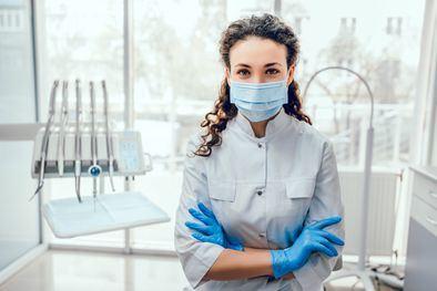 Las clínicas dentales ya pueden continuar con los tratamientos de sus pacientes con cita previa, limitando el aforo de personas y atendiendo con preferencia a las personas mayores de 65 años.