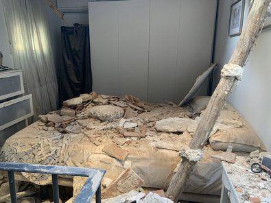 Profesionales del Samur-Protección Civil ha atendido a una pareja que estaba en el dormitorio de su vivienda de la calle Cardenal Cisneros sobre la que han caído los cascotes. Han sido dados de alta en el lugar.