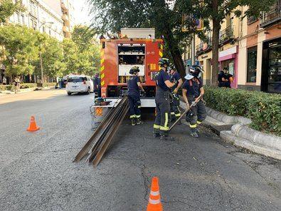 Bomberos del Ayuntamiento de Madrid están trabajando en la calle Eloy Gonzalo, en el distrito de Chamberí, en el derrumbe de parte de una fachada interior de un edificio que estaba en rehabilitación, que ha dejado dos heridos leves.