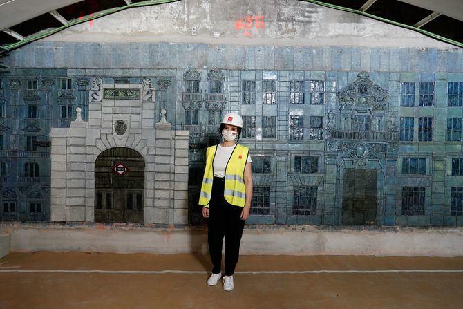 La presidenta ha comprobado la restauración del mural de cerámica del vestíbulo, en el que se representa el templete diseñado por Antonio Palacios. Se trata de una obra del artista Miguel Durán-Loriga, con más de medio siglo de vida.
