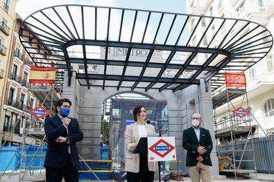 La presidenta en funciones de la Comunidad de Madrid, Isabel Díaz Ayuso, ha anunciado este jueves que la estación de Metro de Gran Vía abrirá el próximo 16 de julio, tras una obra de remodelación que han durado más de 1.000 días y que han transformado por completo las instalaciones y estructura de la estación.