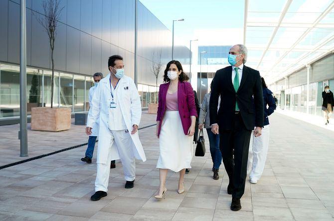 Díaz Ayuso ha visitado el Hospital público Enfermera Isabel Zendal, donde se inicia hoy la vacunación a 3.000 profesionales de distintos sectores.