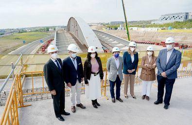 La presidenta de la Comunidad, Isabel Díaz Ayuso, y el alcalde de Madrid, José Luis Martínez-Almeida, han visitado este viernes las obras. El presidente de la Junta de Compensación de Valdebebas, César Cort, les ha dado la bienvenida al acto en el que se ha trasladado 'el tablero' del 'singular puente'.