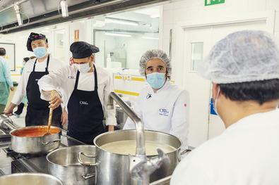 El chef del restaurante madrileño DSTAgE, Diego ha querido reconocer y apoyar la labor de los cocineros de las residencias ORPEA, consciente de la situación que han sufrido el sector sociosanitario y las personas mayores durante la pandemia por la COVID-19.