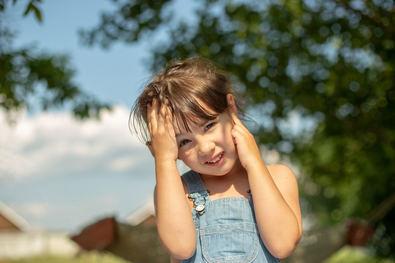 En verano, es muy importante proteger los oídos para evitar las temidas otitis en la piscina. Pero, otro de los problemas frecuentes, que no se conoce tanto, es la formación de tapones de cerumen en el oído, que pueden acabar bloqueando el conducto auditivo y, en consecuencia, disminuir la audición.