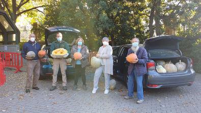 Una imagen de la donación en la que aparecen el jardinero Eustaquio Bote (segundo por la izquierda) y cuatro integrantes del colectivo Somos TribuVk, Juan, Trini, Clara y Luis.