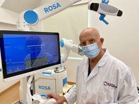 En la imagen superior, el Dr. Enrique Galindo, jefe de cirugía ortopédica y traumatología de HLA Universitario Moncloa.