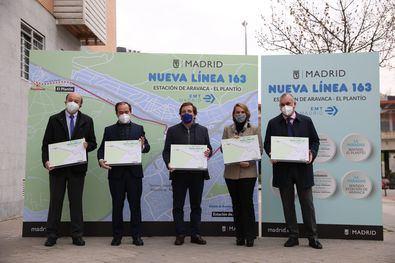 El alcalde de Madrid, José Luis Martínez-Almeida, ha inaugurado hoy la nueva línea de autobús puesta en marcha por la Empresa Municipal de Transportes de Madrid, la 163, denominada 'Estación de Aravaca-El Plantío', que permite ya disponer de un modo de transporte municipal hasta la estación de Cercanías de Aravaca.