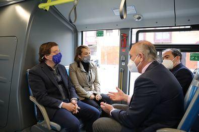 """El alcalde ha recordado que ya existen en la ciudad de Madrid varias líneas de autobús gratuitas, que hace apenas unos días se inauguró la nueva línea de autobús en el barrio de Rejas, que """"en breve"""" se pondrá en marcha la nueva línea de El Cañaveral."""