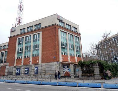 El NO-DO, acrónimo de Noticiarios y Documentales, era un noticiario que debía proyectarse obligatoriamente en los cines españoles entre 1942 y 1976 y de forma voluntaria hasta 1981. El edificio que lo albergaba se encuentra, cerrado, en la calle de Joaquín Costa.