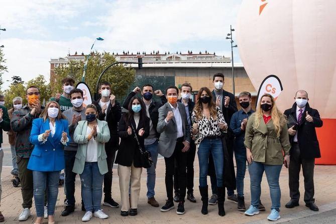 Edmundo Bal abre este sábado su campaña electoral con la pegada de carteles en la madrileña plaza de Ópera del distrito de Centro de Madrid.