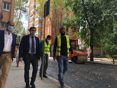 El concejal de Carabanchel, Álvaro González, ha visitado as labores de asfaltado que se llevan a cabo en la plaza de Vulcano .