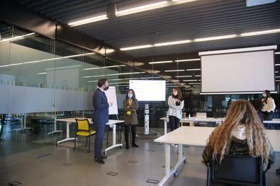 El concejal de Innovación y Emprendimiento, Ángel Niño, ha mantenido un encuentro con los participantes, en el que ha subrayado que la idea de esta iniciativa es demostrarles que 'emprender requiere de conocimientos y de ganas e ideas'.