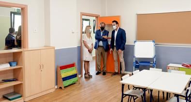 Este centro tiene 300 nuevas plazas educativas públicas al disponer de 12 aulas de Educación Infantil construidas, con un comedor y una sala de usos múltiples, tras una inversión de más de 3 millones de euros desde el Gobierno regional.