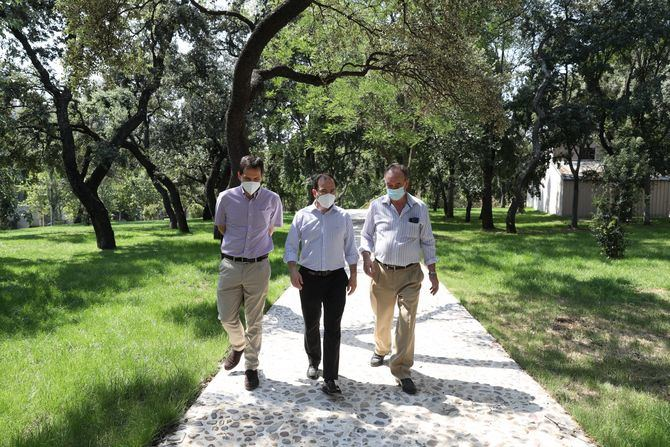 El delegado de Medio Ambiente y Movilidad, Borja Carabante, ha visitado hoy los jardines del Buen Retiro con motivo de la rehabilitación que el área ha llevado a cabo en el entorno del Observatorio Meteorológico, ubicado en el parque histórico.