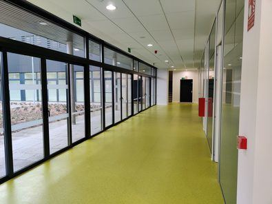 Una de las zonas está destinada al desarrollo de las actividades docentes de la escuela y dispone de espacios para uso administrativo y aulas situadas en las dos plantas superiores, así como un aula de cámara en la planta inferior.