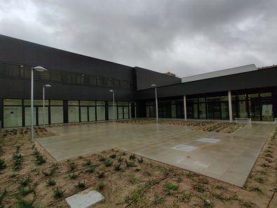 Estas nuevas instalaciones cuentan, además, con una gran superficie ajardinada, con zona para posibles actuaciones al aire libre, y un patio inglés.