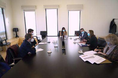 Begoña Villacís, vicealcaldesa de Madrid, y Pepe Aniorte, delegado de Familias, Igualdad y Bienestar Social, durante la reunión con las entidades representantes de las escuelas infantiles privadas, la Asociación de Centros Autónomos de Enseñanza Privada (ACADE) y la Asociación de Centros de Educación Infantil de Madrid (ACEIM).