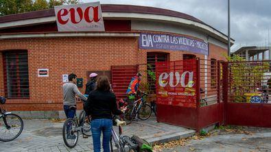 El Ayuntamiento de Madrid no renovará la cesión del Espacio Vecinal de Arganzuela (EVA) a la asociación, que lleva cuatro años haciéndolo funcionar de manera autogestionada en un ala del Mercado de Frutas y Verduras de Legazpi.