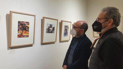 El concejal del distrito de Centro, José Fernández, ha visitado esta muestra cuyo catálogo cuenta con la colaboración del Ayuntamiento.