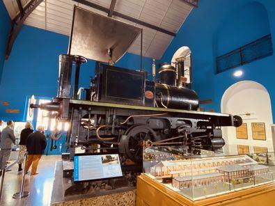 La muestra, abierta al público durante los fines de semana hasta septiembre de 2021 en el Museo del Ferrocarril, revela los 140 años de historia de esta estación desde sus inicios hasta su conversión en espacio museístico.