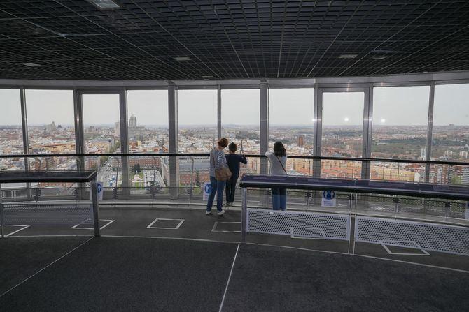 Esta estructura de 110 metros es una antigua torre de iluminación que fue construida en el año 1992 para conmemorar la elección de Madrid como Capital Europea de la Cultura. Su mirador ofrece unas espectaculares vistas a 92 metros de altura.