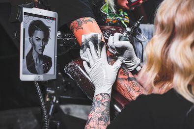 Hoy en día hay segmentos laborales más reticentes en los que tampoco es extraño ver personas tatuadas, como el sector bancario, los restaurantes de más categoría, el ámbito educativo, etc. Es muy fácil encontrar personas tatuadas en estos puestos de trabajo. Los tatuajes están cada día mejor vistos y más permitidos.