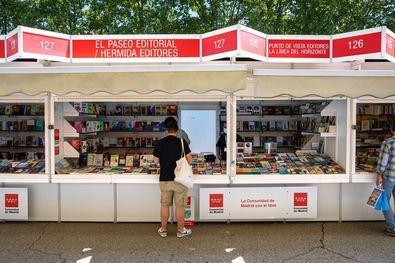 La 80ª Feria del Libro de Madrid llega a su segundo fin de semana con una afluencia de público notable, ya que hasta la fecha casi 133.000 visitantes han paseado entre las casetas, según los organizadores.