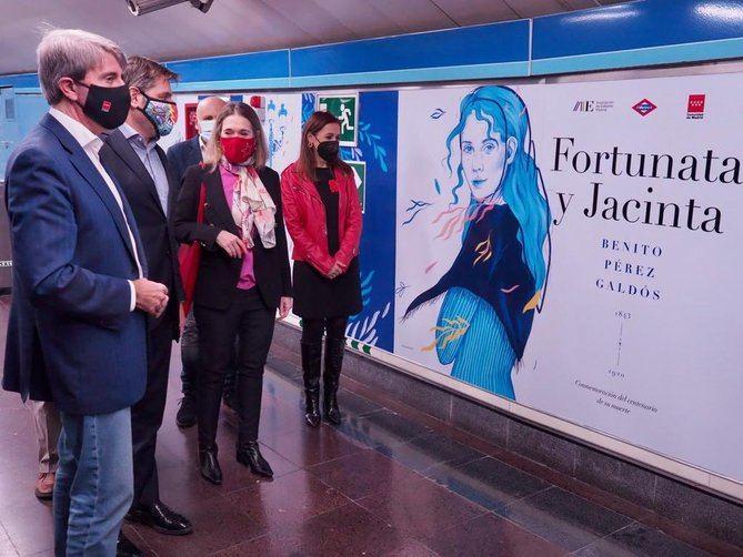 El consejero de Transportes, Ángel Garrido, junto a la consejera de Cultura y Turismo, Marta Rivera de la Cruz, y al presidente de la Asociación de Editores de Madrid, Manuel González, han presentado la tematización de esta estación, que conmemora a uno de los escritores más importantes de la literatura española, especialmente vinculado a Madrid.